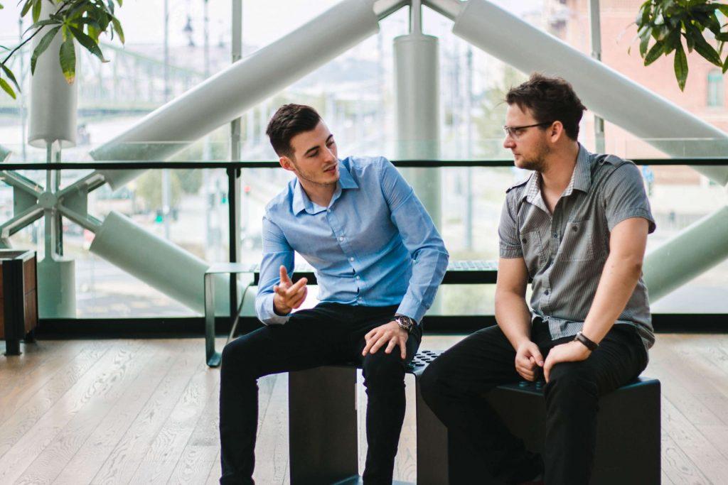 István és Áron beszélget a bálnában